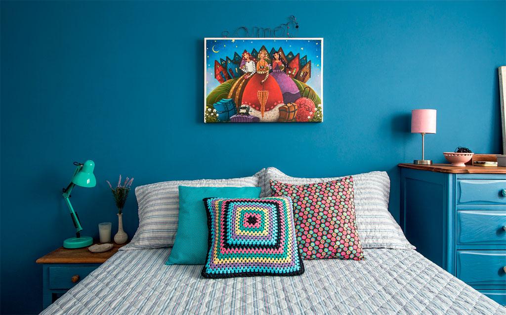 01-quarto-ganhaa-aconchego-com-paredes-e-moveis-na-cor-azul