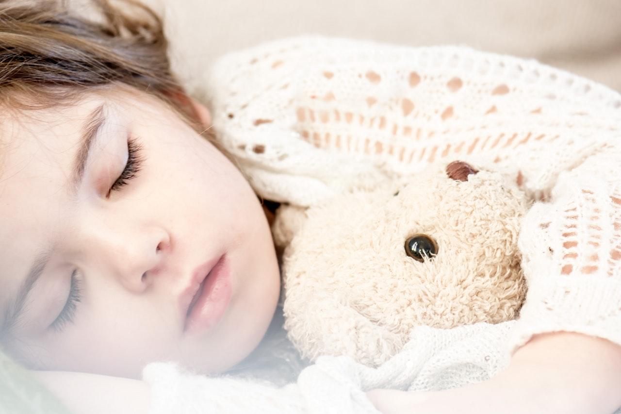 Boas Práticas Para O Sono Das Crianças - Menina Dormindo Com Ursinho