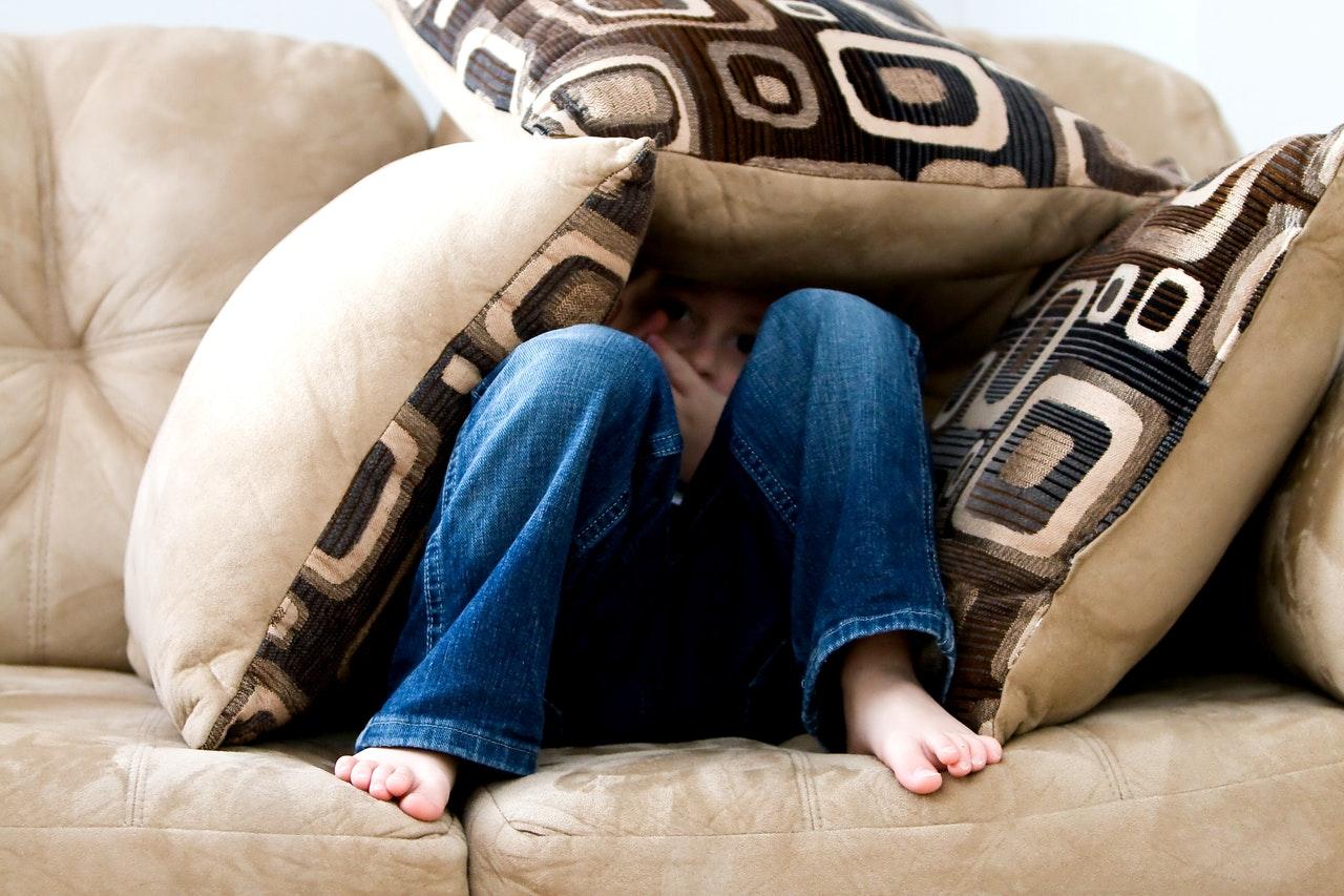 Criança Se Escondendo No Sofá