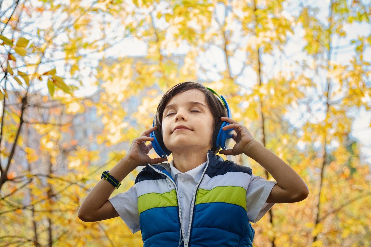 Música Cristã Para Crianças - Menino Com Fone De Ouvido